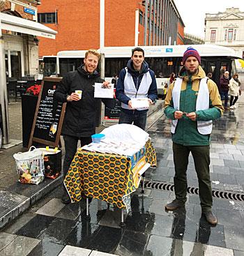 Verkoop van kussenslopen ten voordele van de stichting.