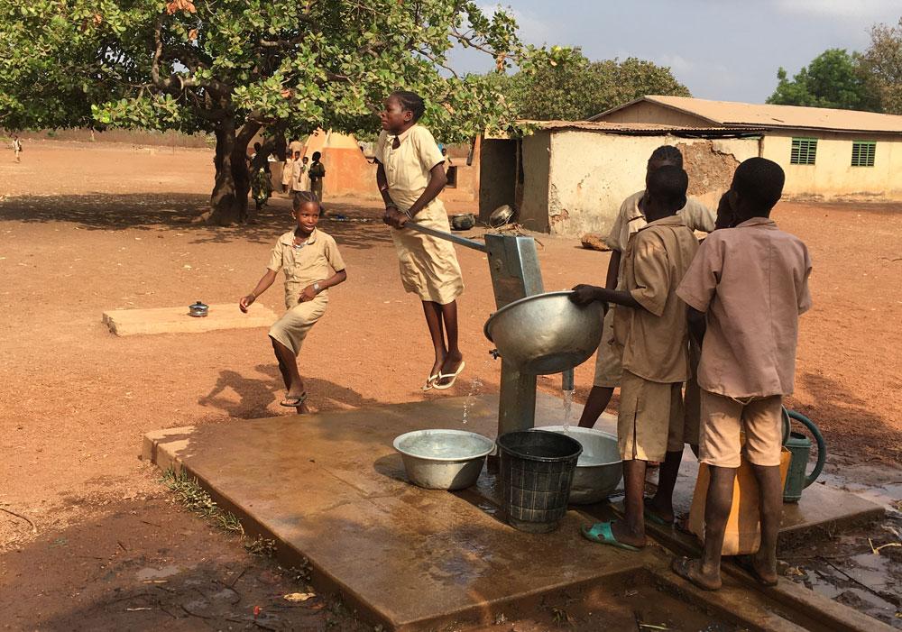 leerlingen toonden ons enthousiast de werking van de waterpomp