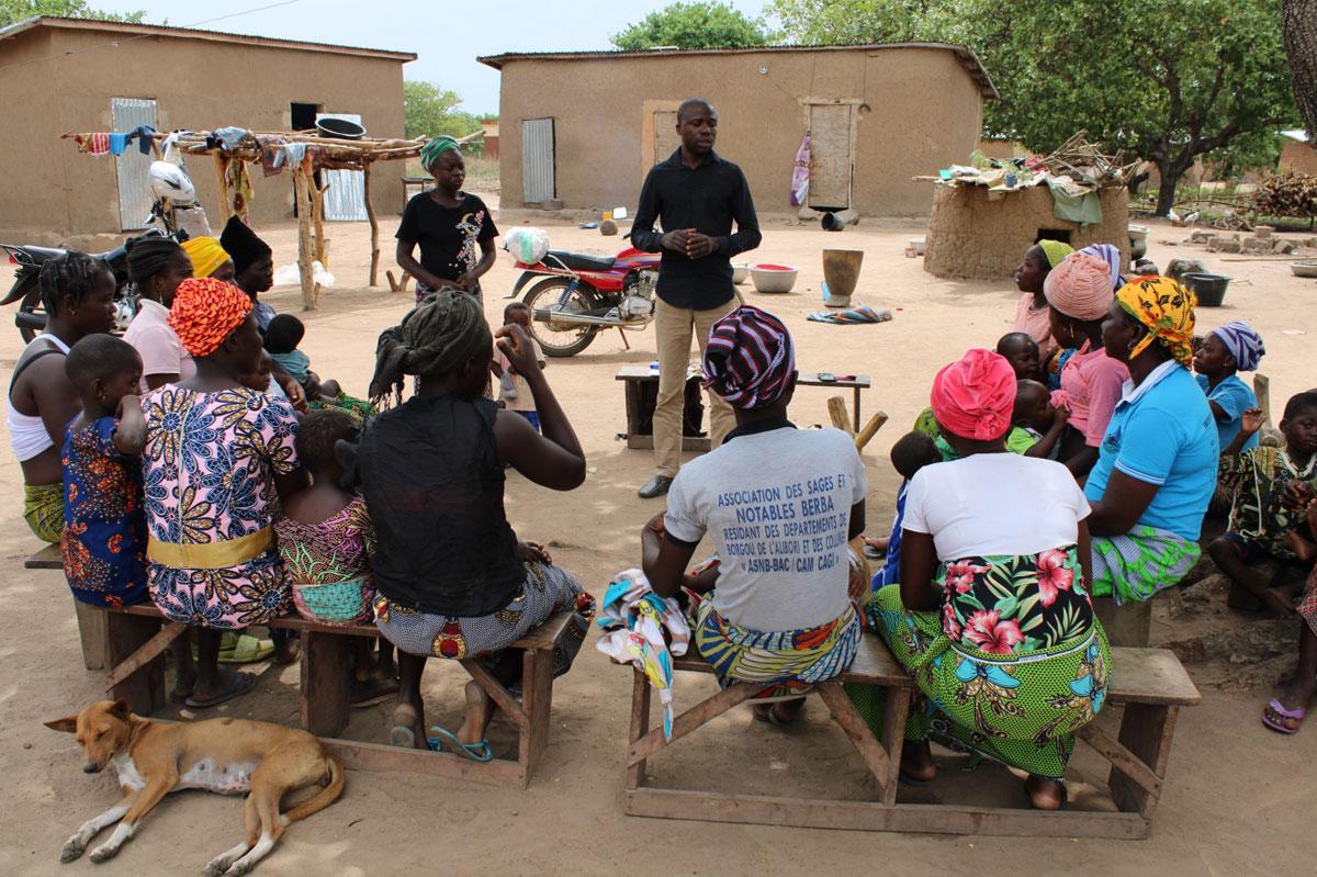 Eric Dossou Gbété tijdens de vorming met de vrouwen van Toboukparou