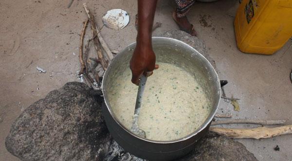 De bonenpuree wordt gekookt