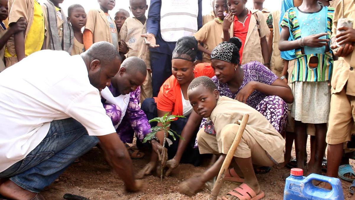 planten van bomen bij de Bonsi-school in N'Dali